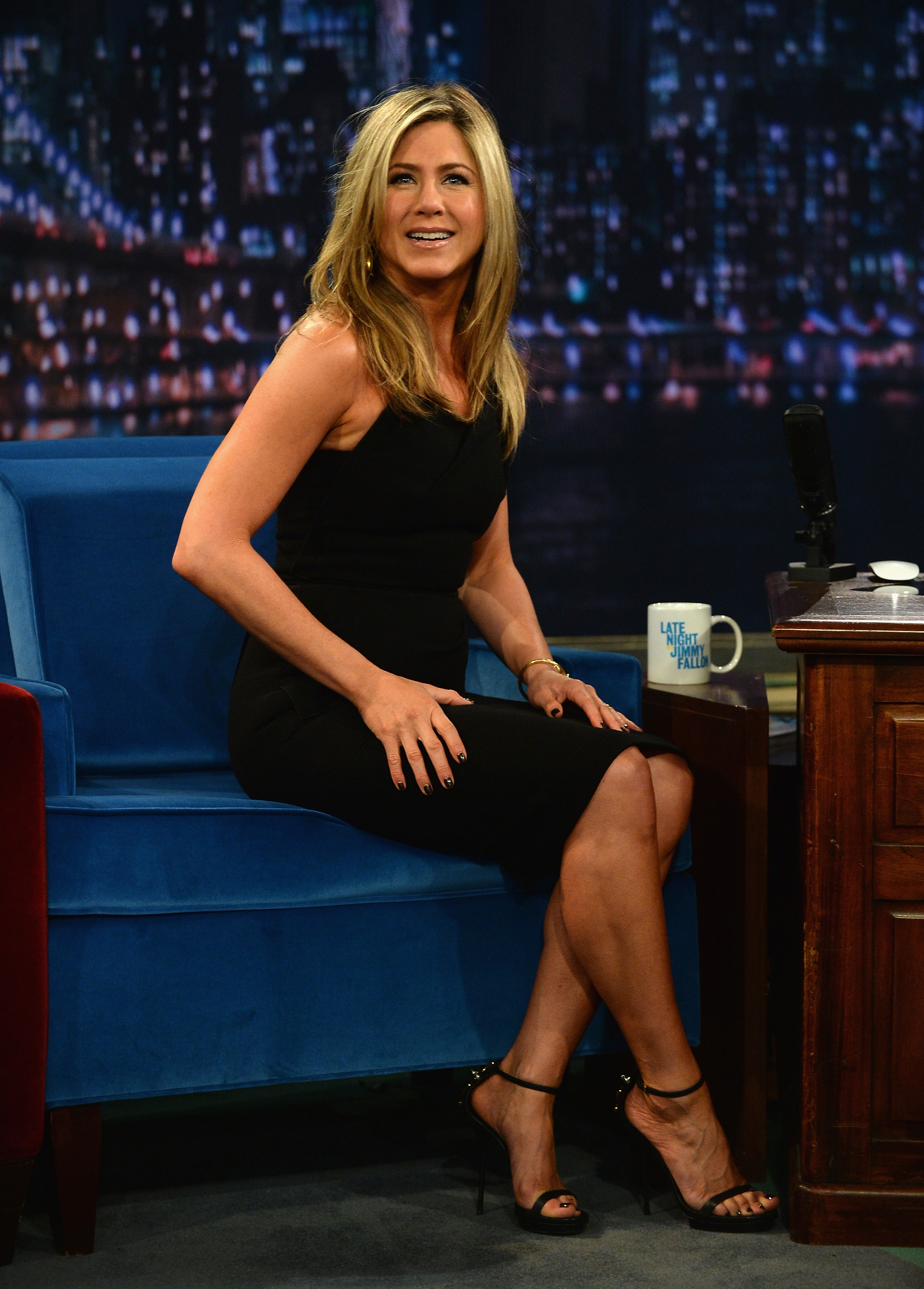 Kill them with kindness jennifer aniston gushes over angelina jolie in an interview - Jennifer aniston barefoot ...